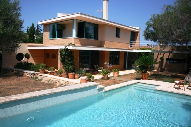 Charmining villa with mediterranean garden...