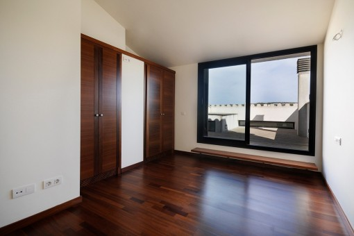The large sliding doors lead directly to the roof terrace