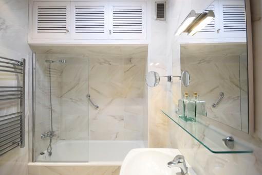 Marbled bathroom with bath tub