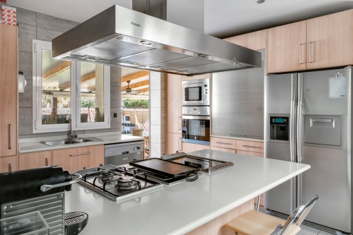 Fully equipped kitchen with cooking island and terrace access