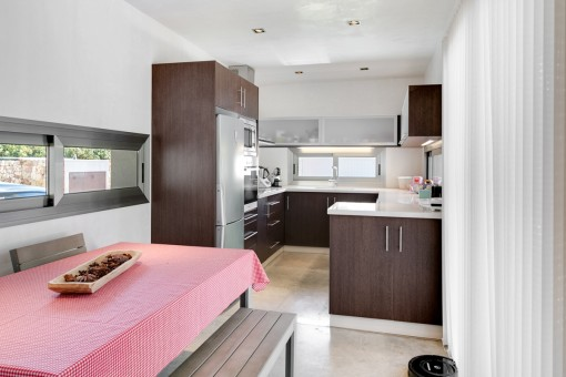 Modern and fully equipped kitchen with dining area