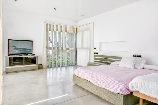 Spacious double-bedroom with natural light