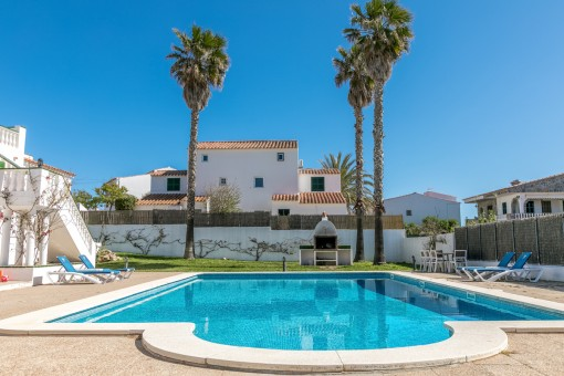 Wonderful outside area with large communal pool and barbecue area