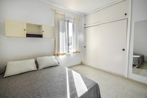 Bright double bedroom wit built-in wardrobe