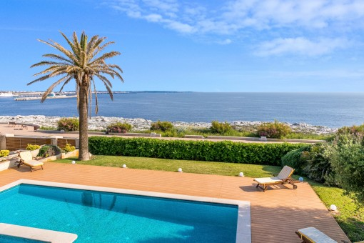 Spectacular villa on the first sea line in Ciutadella