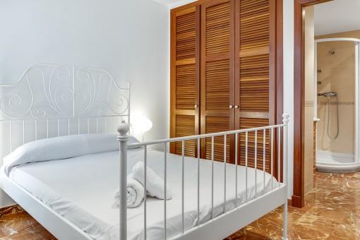 Double-bedroom with built-in wardrobe