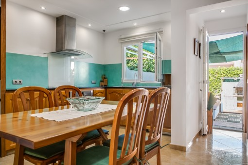 The kitchen offers access to the garten