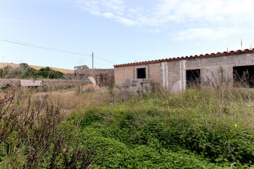 Building plot in Binisaida with a house requiring renovation