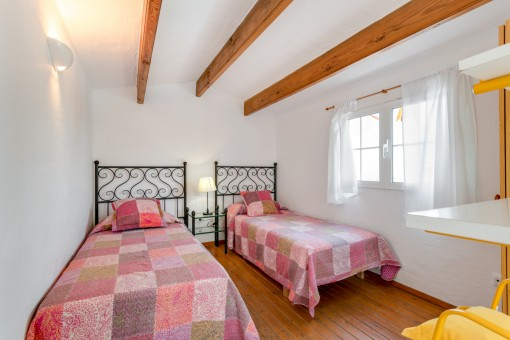 Bedroom with wooden ceiling veams